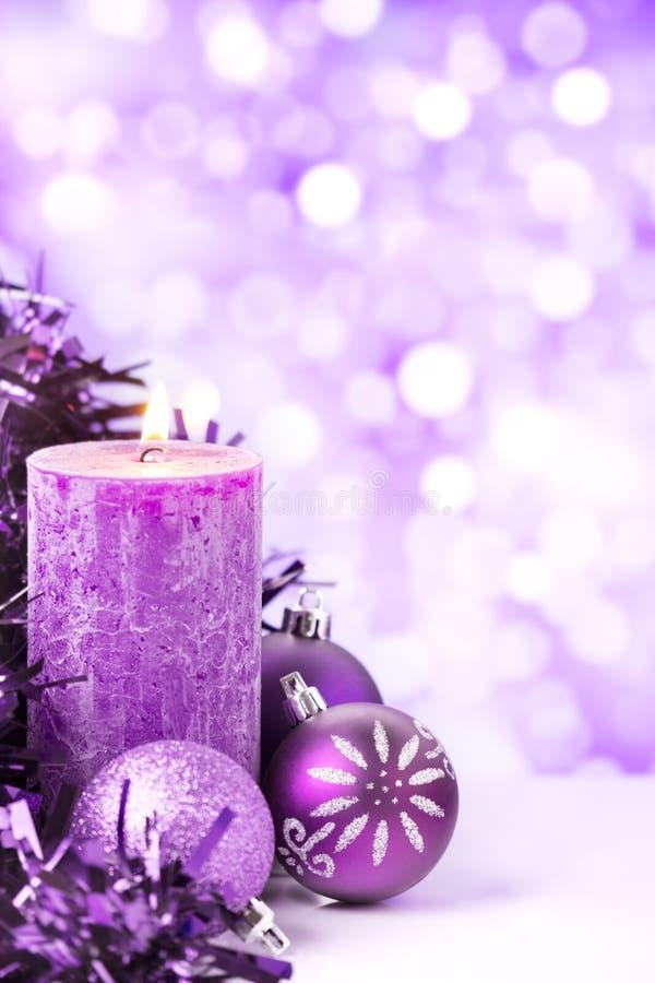 Purpurowa Bożenarodzeniowa scena z baubles i świeczkami zdjęcie stock