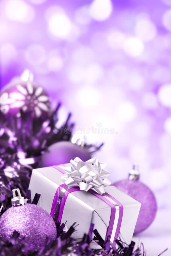 Purpurowa Bożenarodzeniowa scena z baubles i prezentem obrazy stock