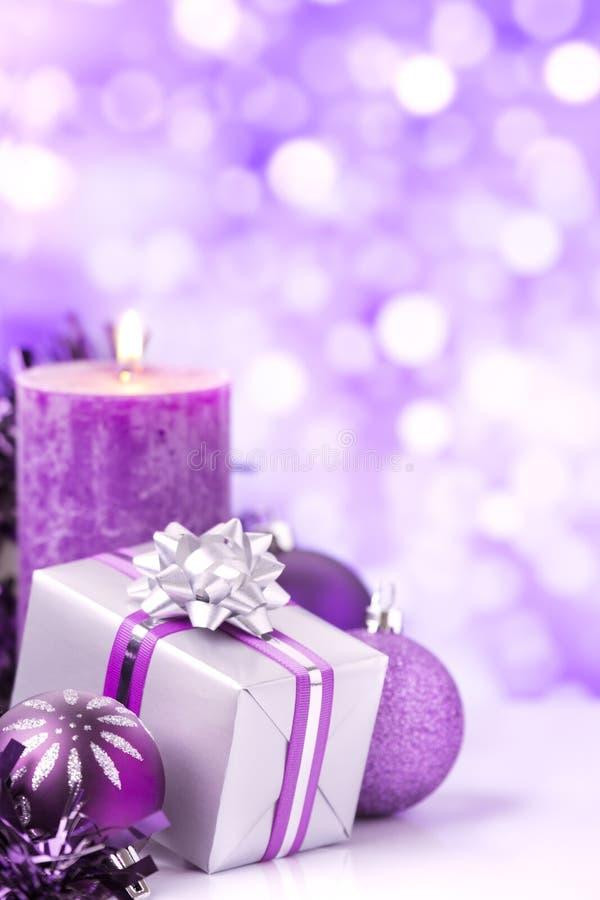 Purpurowa Bożenarodzeniowa scena z baubles, prezentem i świeczkami, obraz stock