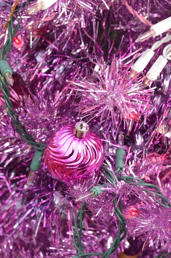 Purpurowa choinka z menchii światłami i balowym ornamentem obraz royalty free