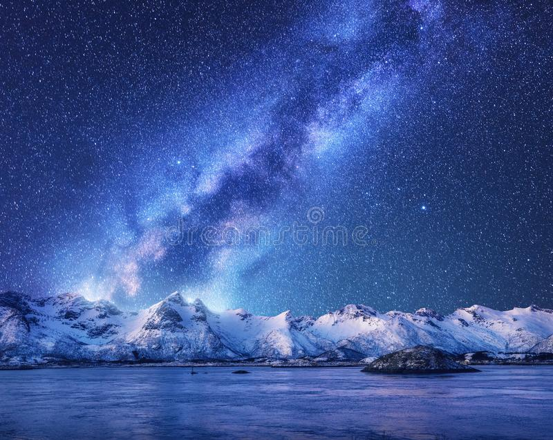 Purpurowa droga mleczna nad śniegiem zakrywał góry i morze przy nocą fotografia royalty free