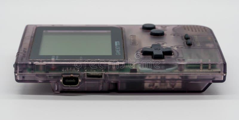 Purpurowa Game Boy kieszeń, rocznik przenośna gra Nintendo złudzenie fotografia stock