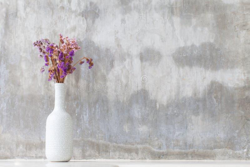 Purpurowa orchidea kwitnie w białej wazie fotografia royalty free