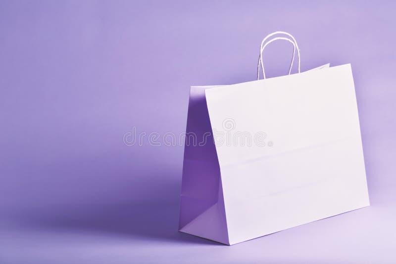 Purpurowa prezent torba na wibrującym tle zdjęcie stock