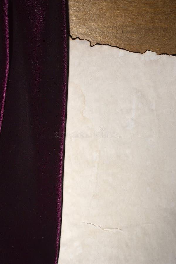 Purpurowa tkanina i rocznika papier zdjęcia stock
