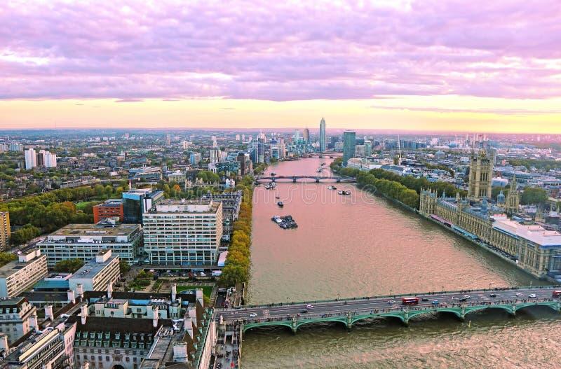 Purpurowa zmierzch sceneria Londyński miasto Zjednoczone Królestwo, Thames rzeka, Westminister most i domy parlament -, zdjęcia stock