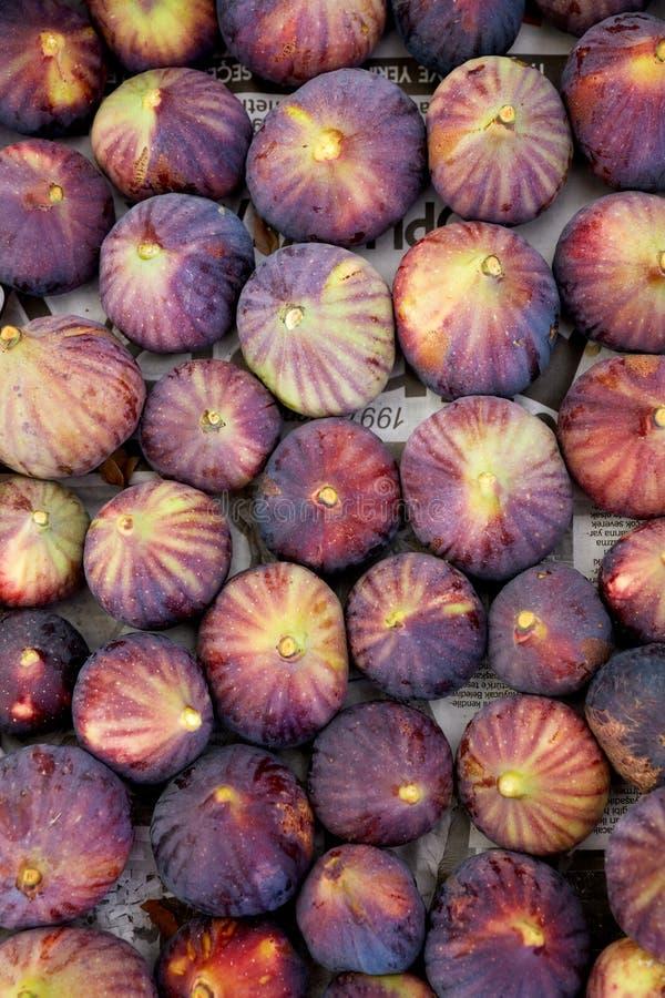 Purpurowe figi na wprowadzać na rynek kontuar obraz stock