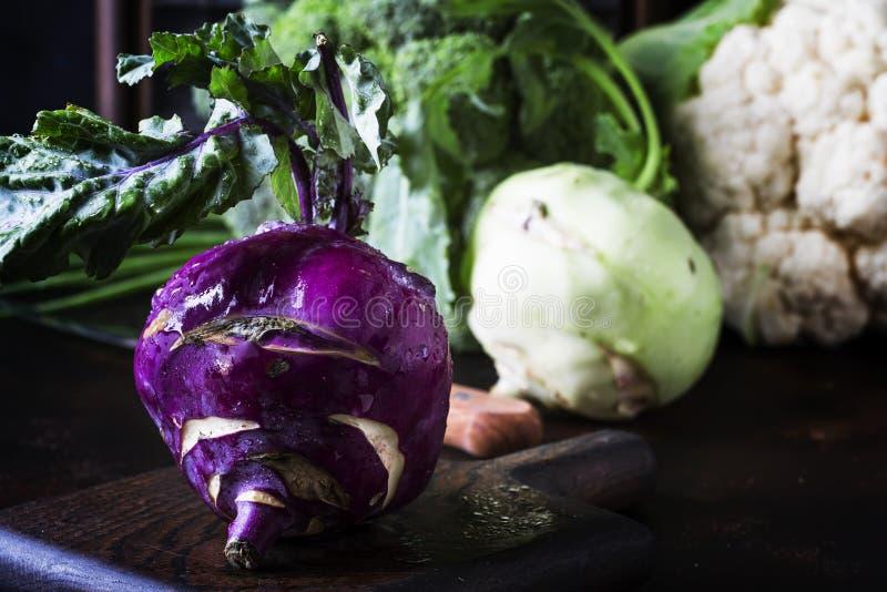 Purpurowe organicznie świeże kalarepy kapusty, lata żniwo na brązu kuchennym stole Selekcyjna ostrość obrazy stock