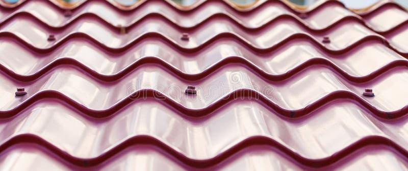 Purpurowego metalu Dachówkowy dach zdjęcie stock