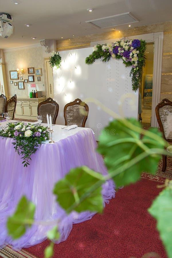 Purpurowy ślubny wystrój, rejestracja wyszczególnia restaurację zdjęcia stock