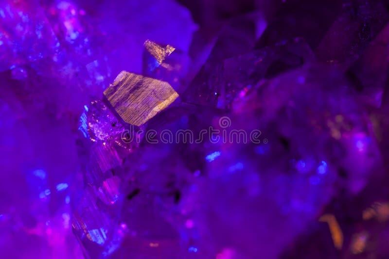 Purpurowy ametyst z pięknym oświetleniem zamkniętym w górę makro- zdjęcie royalty free
