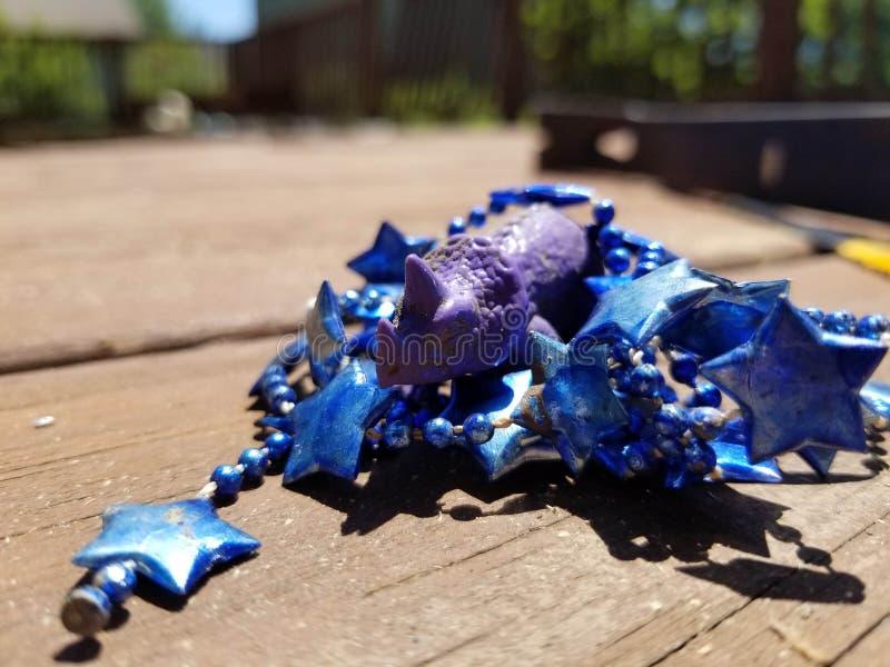 Purpurowy dinosaur z partyjnymi koralikami obrazy royalty free