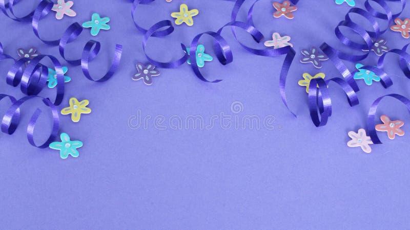 Purpurowy faborek i kwiaty na purpurowym tle zdjęcia stock