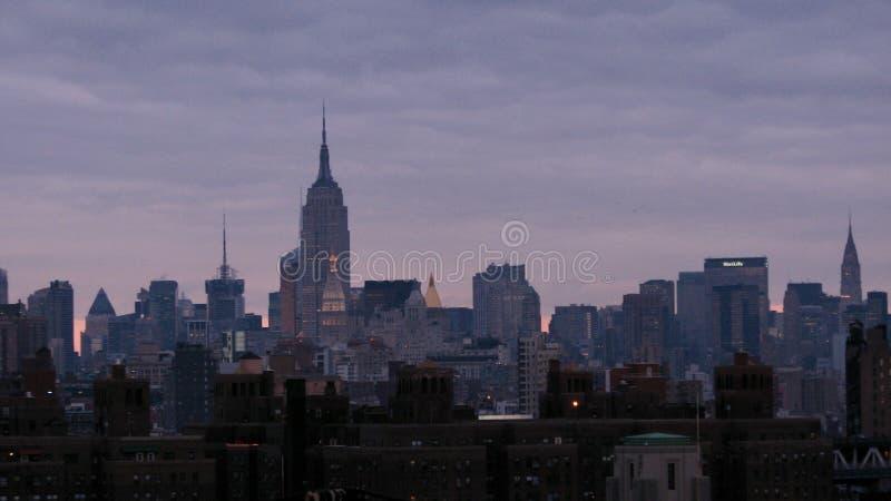 Purpurowy niebo nad wyspą Manhattan usa - NYC - obrazy stock