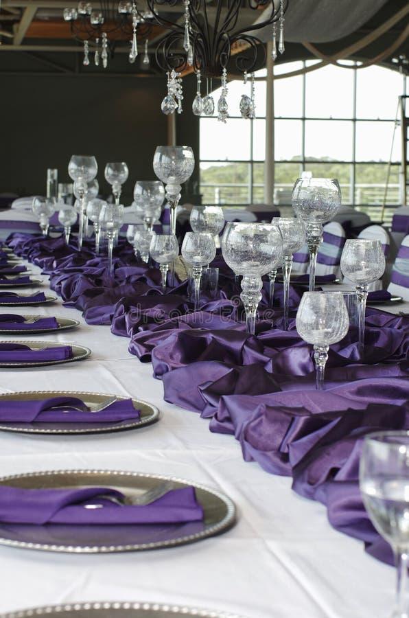 purpurowy położenia stołu vertical ślub fotografia stock