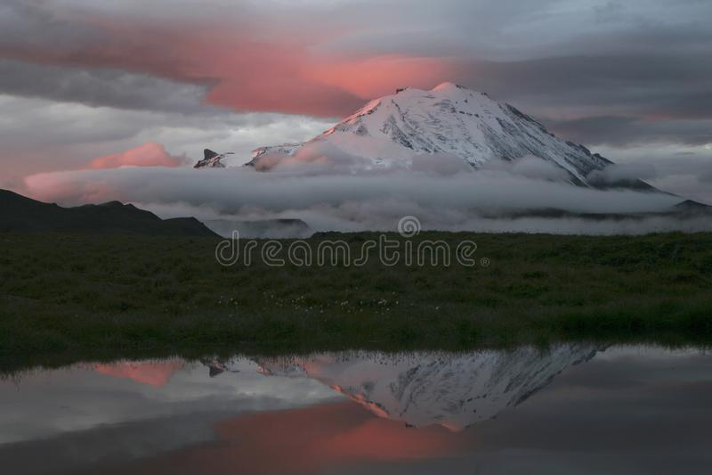 Purpurowy ranek przy stopą volcanoes obraz stock