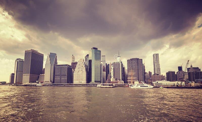 Purpurowy stary film stylizował dżdżyste chmury nad Manhattan nabrzeżem, obrazy royalty free