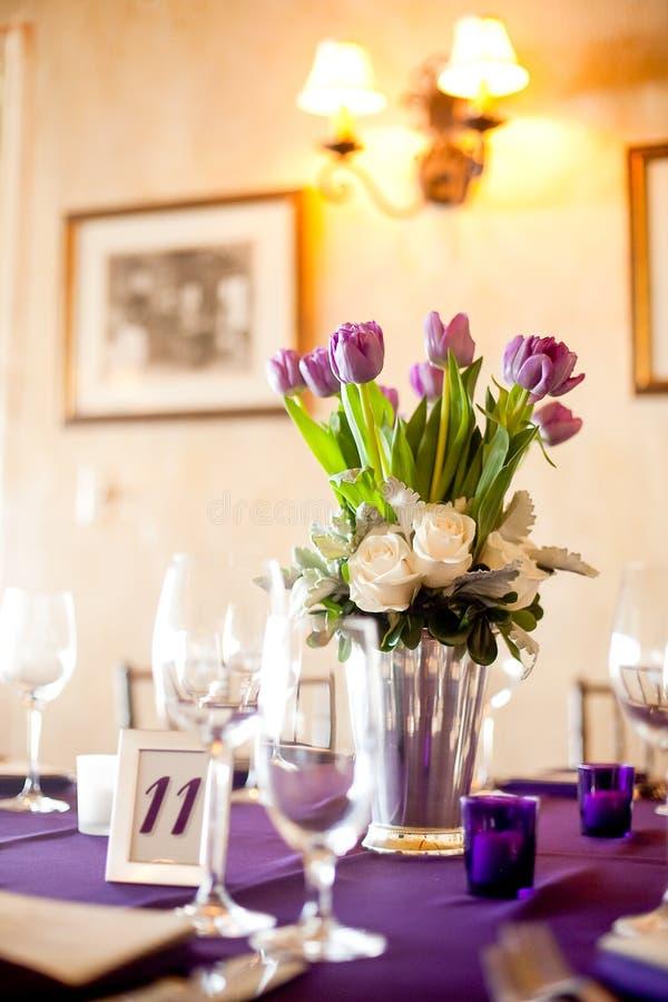 Purpurowy tulipanu centerpiece przy formalnym gościem restauracji zdjęcia royalty free
