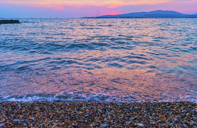 Purpurowy zmierzch nad morzem zdjęcie stock