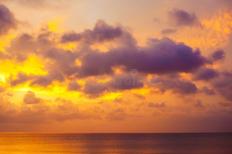 Purpurowy zmierzch nad oceanem zdjęcia royalty free