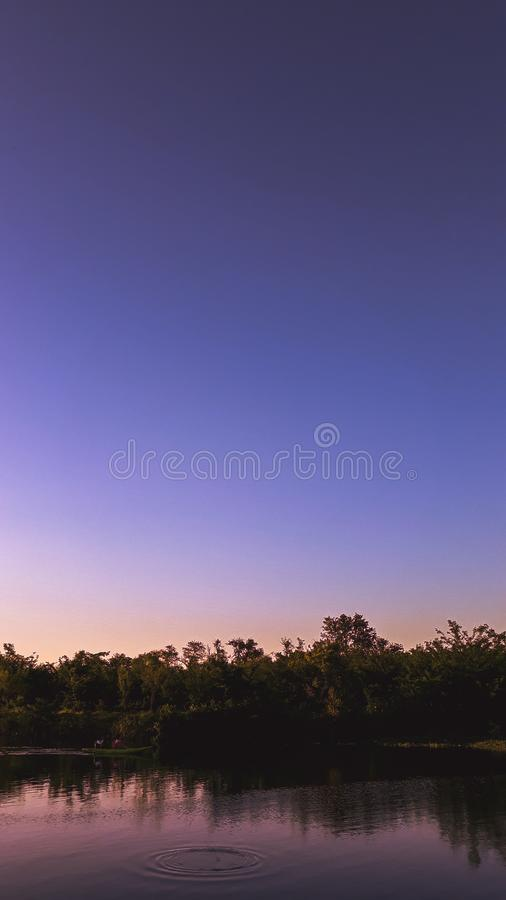 Purpurowy zmierzch w jeziorze zdjęcie royalty free
