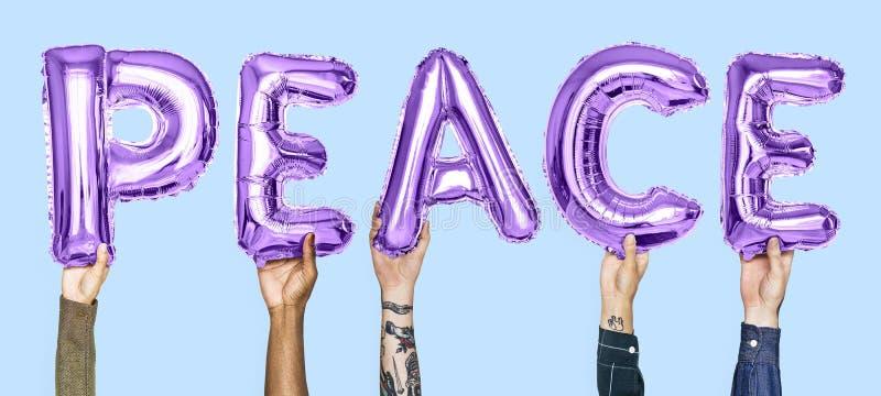 Purpurrote Alphabetballone, die den Wortfrieden bilden stockfotografie
