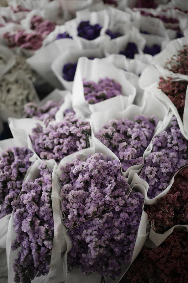 Purpurrote Blumenstraußblume im Blumenmarkt in Bangkok lizenzfreie stockbilder
