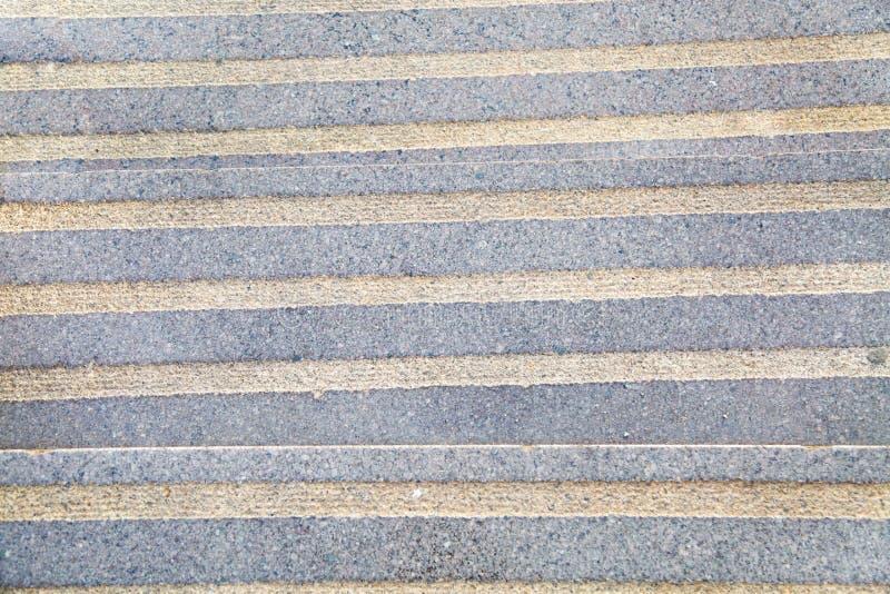 Purpurrote Farbe der Granittreppe mit prägeartigen Streifen lizenzfreie stockbilder