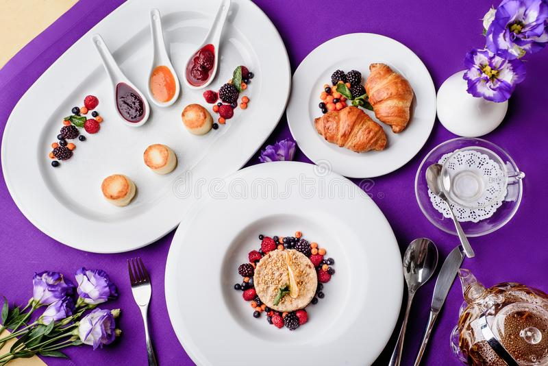 Purpurrote Farbschöner Morgen blüht das horizontale Frühstück stockbilder