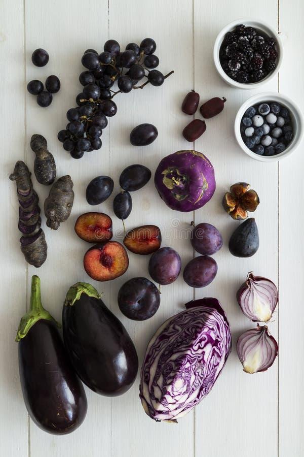 Purpurrote Frucht- und vegauswahl stockfotos