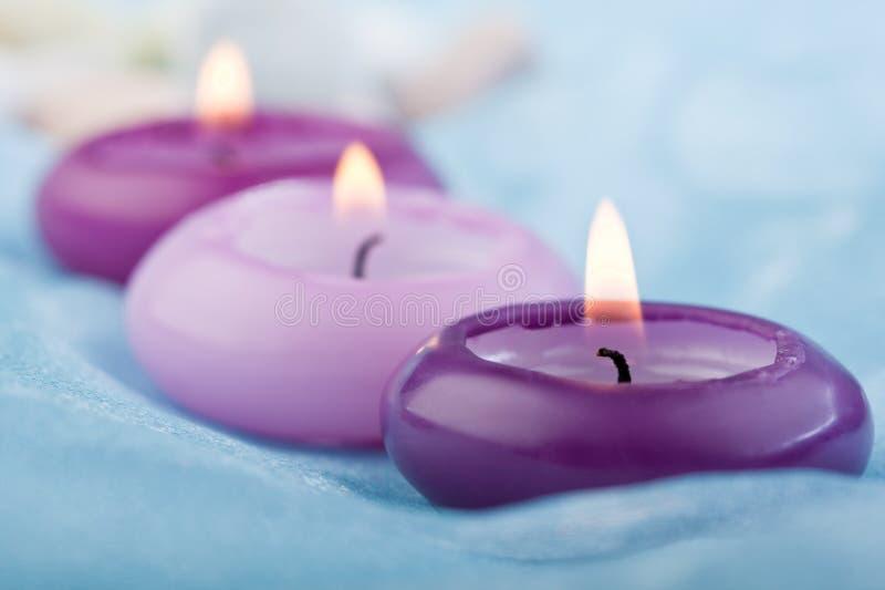 Purpurrote getonte Kerzen auf Schätzchenblauseide (2) stockbilder