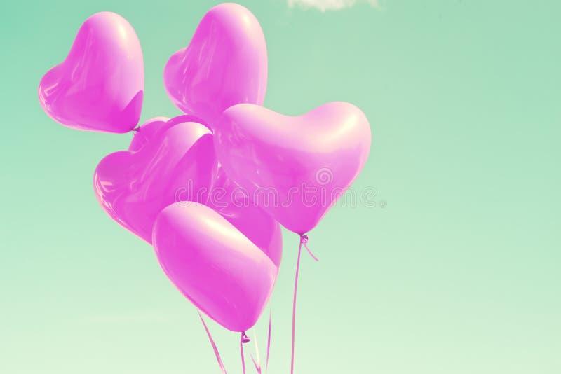 Purpurrote Herz-förmige Ballone stockfotografie