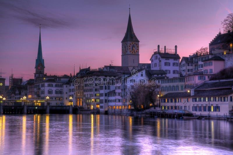 Purpurrote Himmel über Zürich, die Schweiz stockfoto