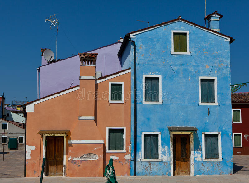 Blaue Häuser purpurrote orange und blaue häuser in burano italien stockbild
