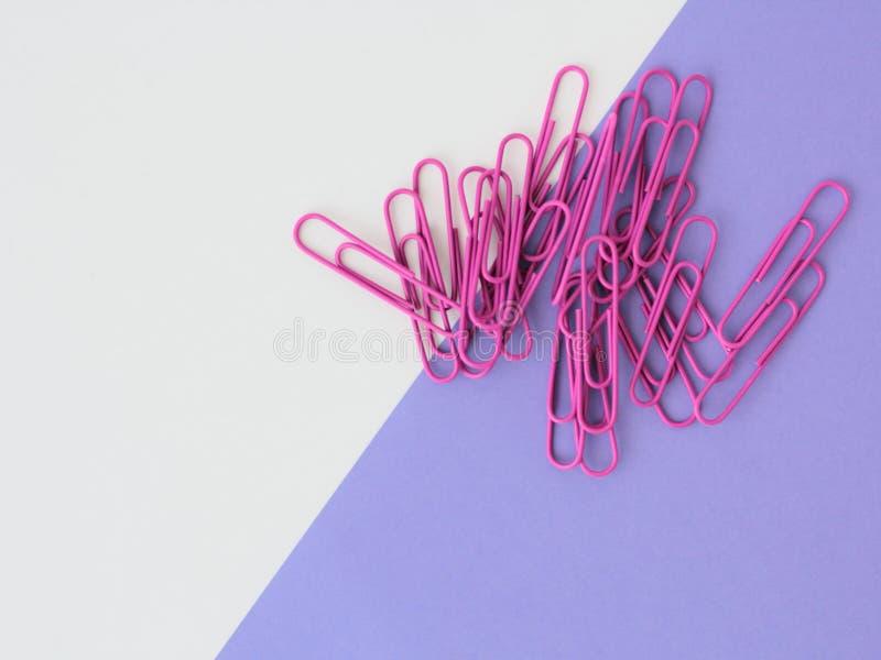 Purpurrote Papierklammern stockbild