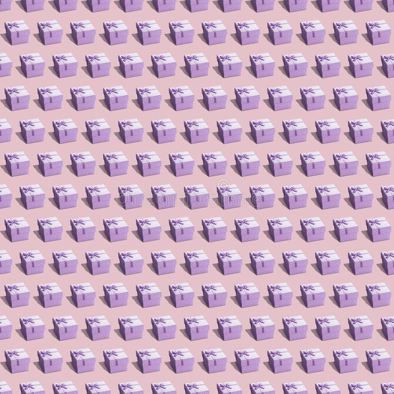 Purpurrote Präsentkartons auf beige endloser Beschaffenheit stockfotografie