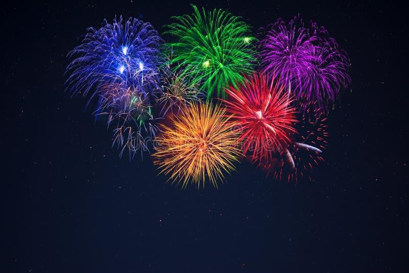 Purpurrote rote gelbe Feierfeuerwerke des blauen Grüns lizenzfreie stockfotografie