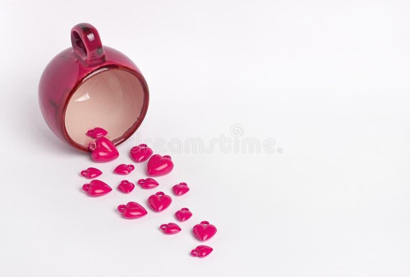 Purpurrote Schalenherzen des Valentinsgrußtageshintergrundes auf Weiß lizenzfreie stockfotos
