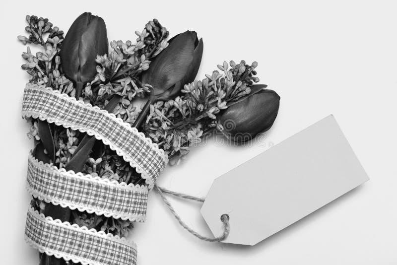 Purpurrote Tulpen und lila Blumen und Cyanblaukarte lizenzfreies stockbild