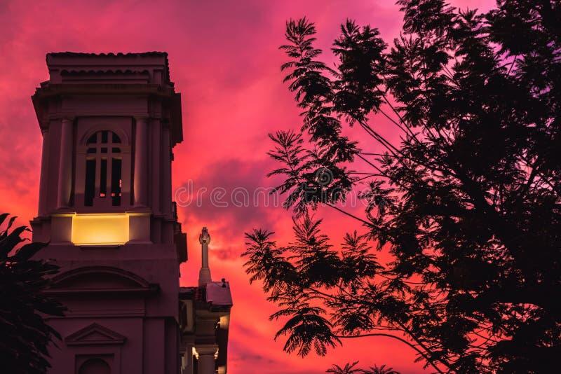 Purpurrote und rote Kirche lizenzfreies stockfoto