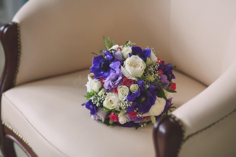 Purpurrote und weiße Farben des heiratenden Brautblumenstraußes herein lizenzfreies stockbild