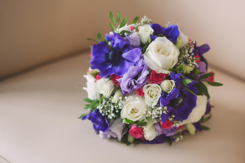 Purpurrote und weiße Farben des heiratenden Brautblumenstraußes herein lizenzfreies stockfoto