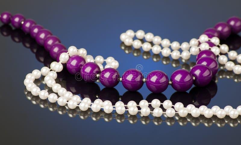 Purpurrote und weiße Perlen lizenzfreies stockfoto