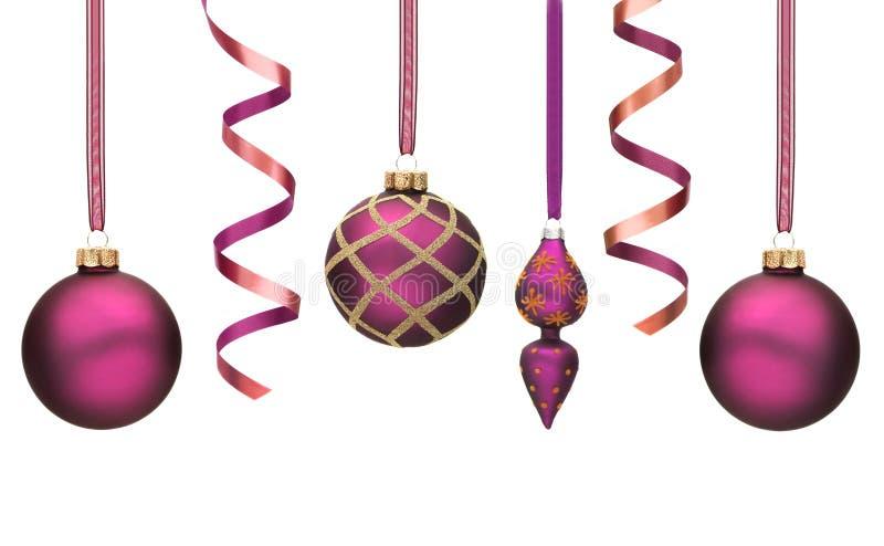 Purpurrote Weihnachtsdekorationen getrennt auf Weiß stockfotografie