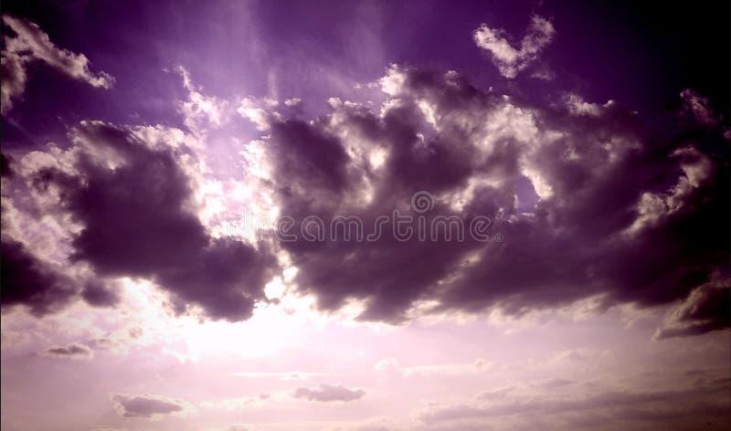 Purpurrote Wolken, schön? Ja sind sie! lizenzfreies stockfoto