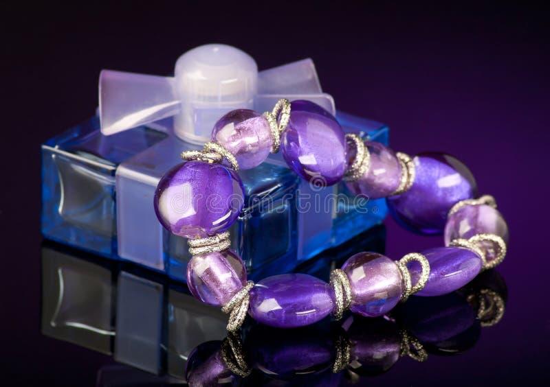 Purpurroter Duftstoff und Armband stockbild