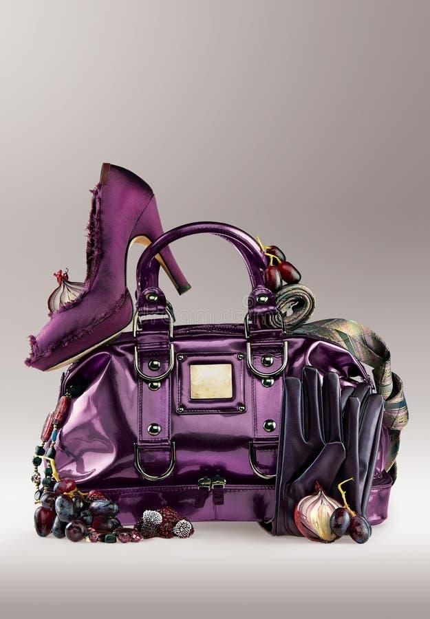 Purpurroter Fonds und Schuhe lizenzfreies stockfoto