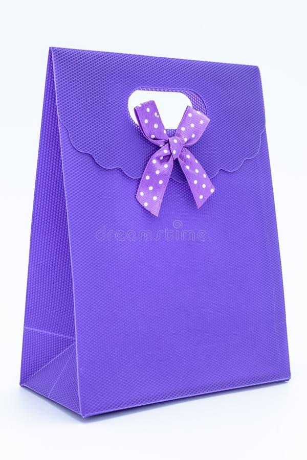 Purpurroter Geschenkbeutel stockfotos
