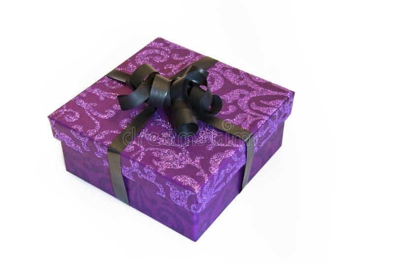 Purpurroter Geschenkkasten mit Funkeln lizenzfreies stockfoto