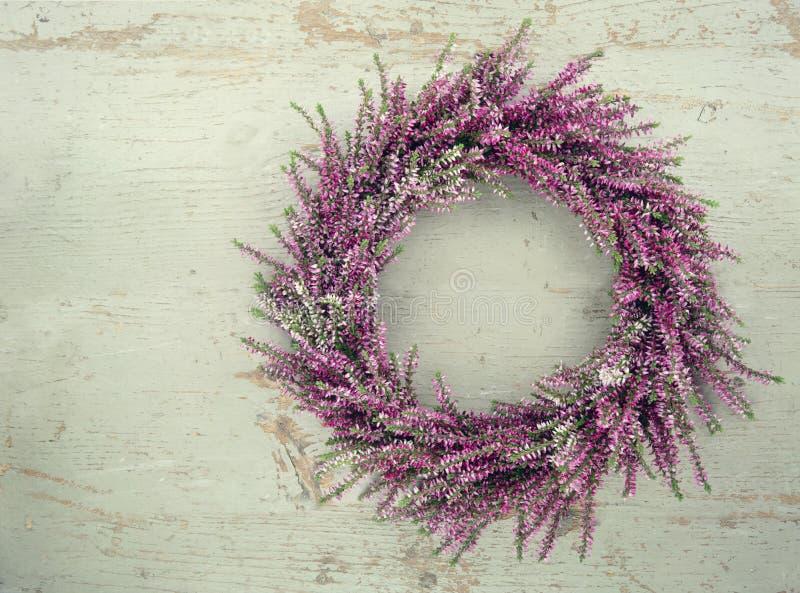 Purpurroter Herbstheide-Blumenkranz stockbild